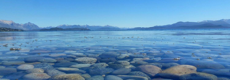 Steine im flachen Wasser