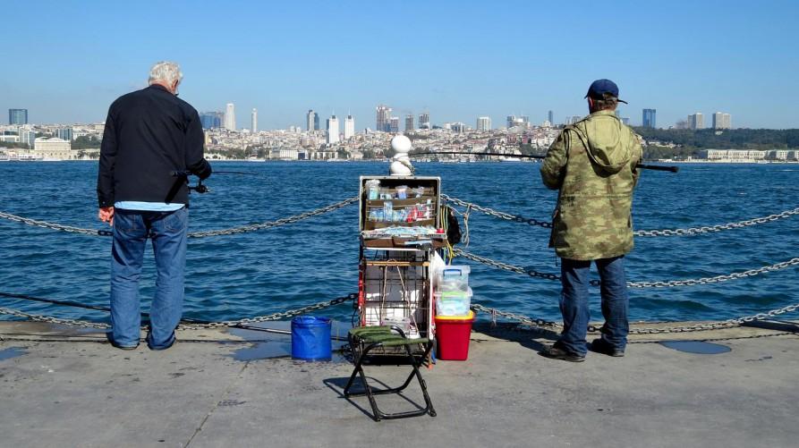 Angler am Bosporus, Istanbul, Türkei