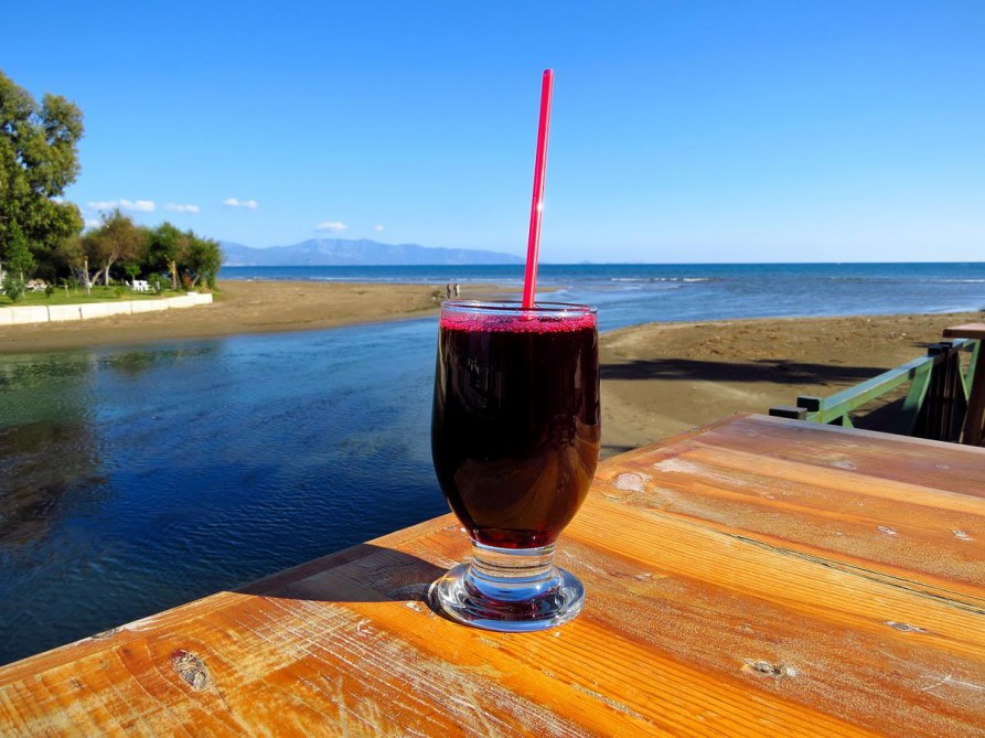 Granatapfelsaft am Strand von Finike