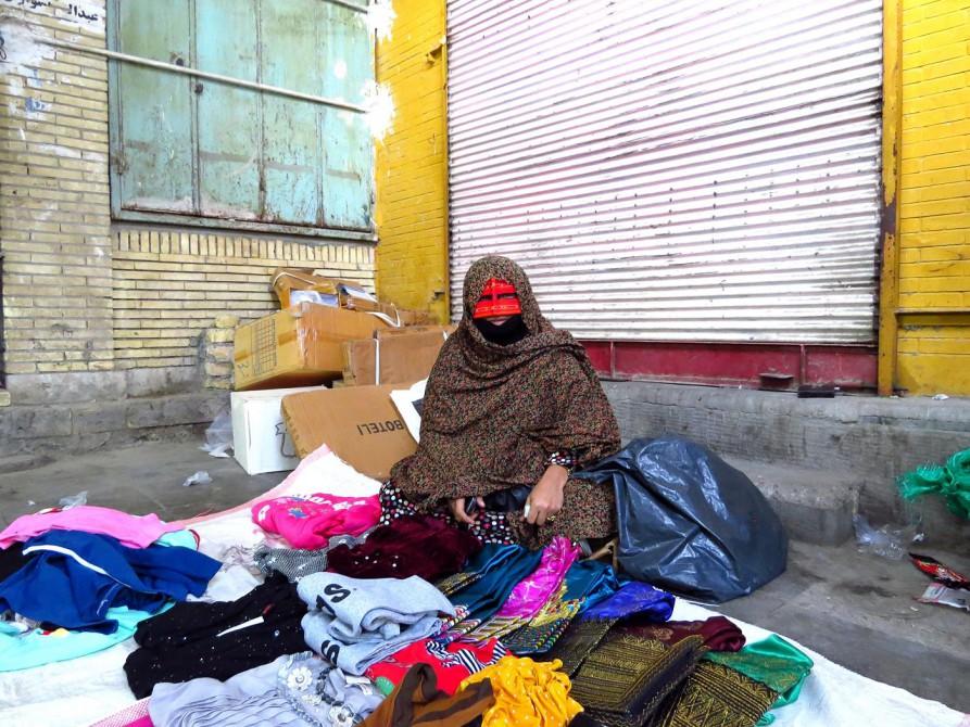 Verkäuferin in traditioneller Bandari-Kleidung