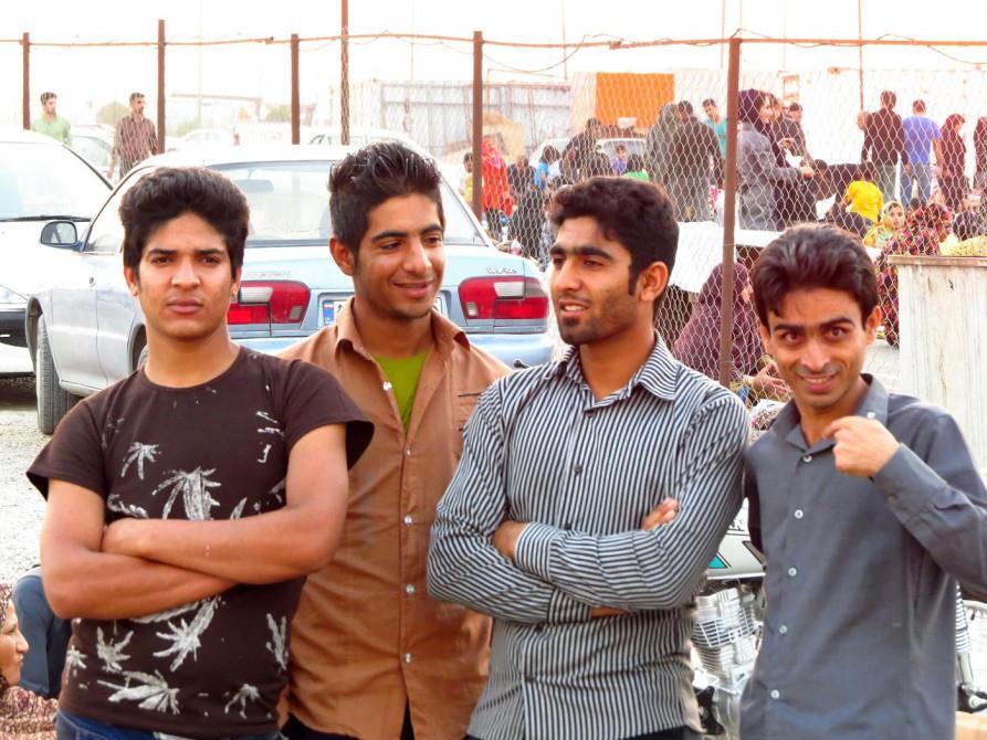 junge Männer am Strand von Bandar Abbas