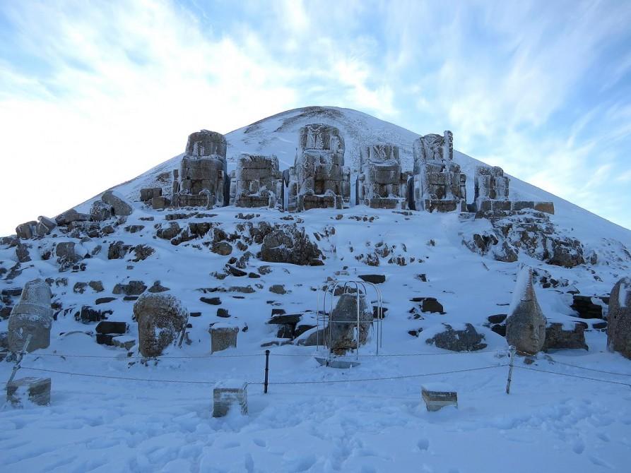 riesige Statuen auf der östlichen Terrasse des Mount Nemrut