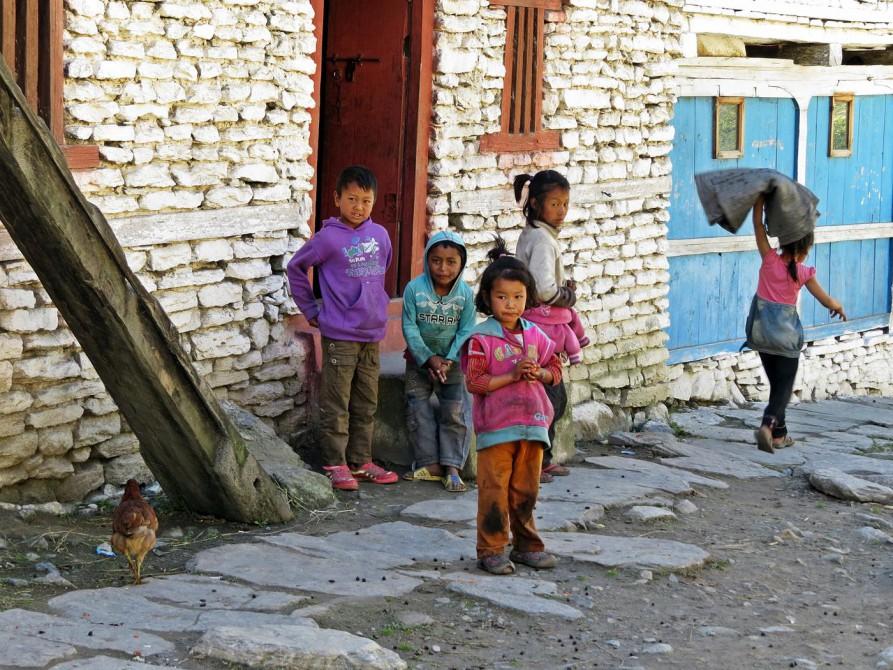 Kinder im Dorf Konyo auf der Annapurna Umrundung