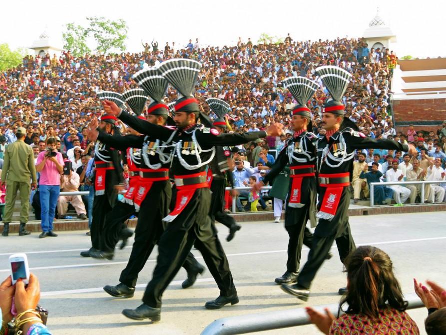 pakistanische Soldaten während der Grenzschließungszeremonie