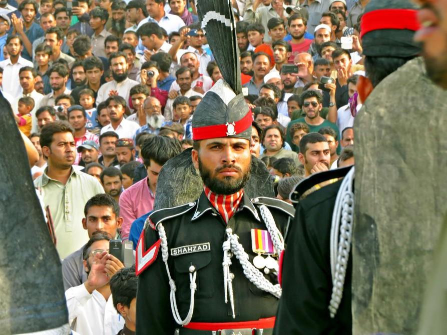 Soldat während der Grenzschließungszeremonie - professionelle Grimmigkeit