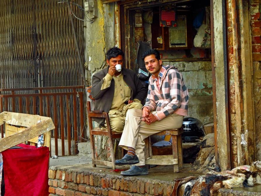 junge Männer trinken Tee in Rawalpindi