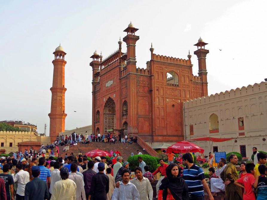Menschenmasse vor der Badshahi-Moschee