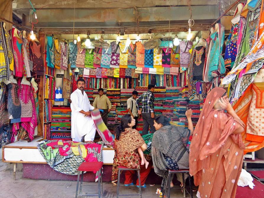 bunte Stoffe in einem Geschäft in Lahore