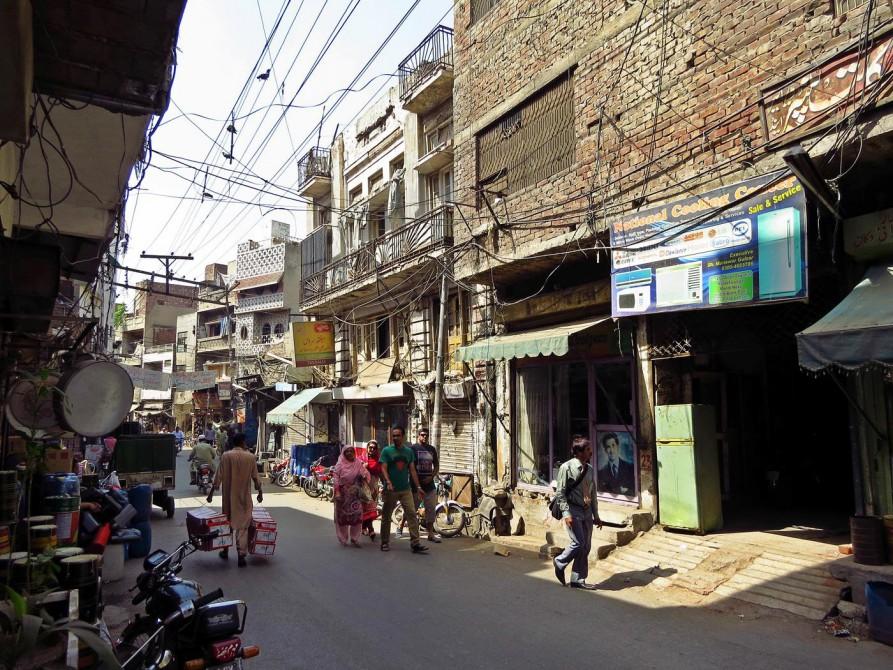 Menschen spazieren durch eine Gasse in der Altstadt Lahores
