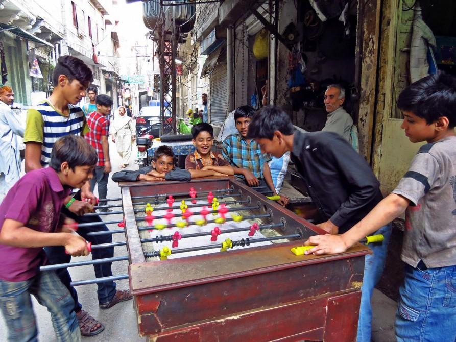 Kinder spielen Tischfussball in den Altstadt von Lahore