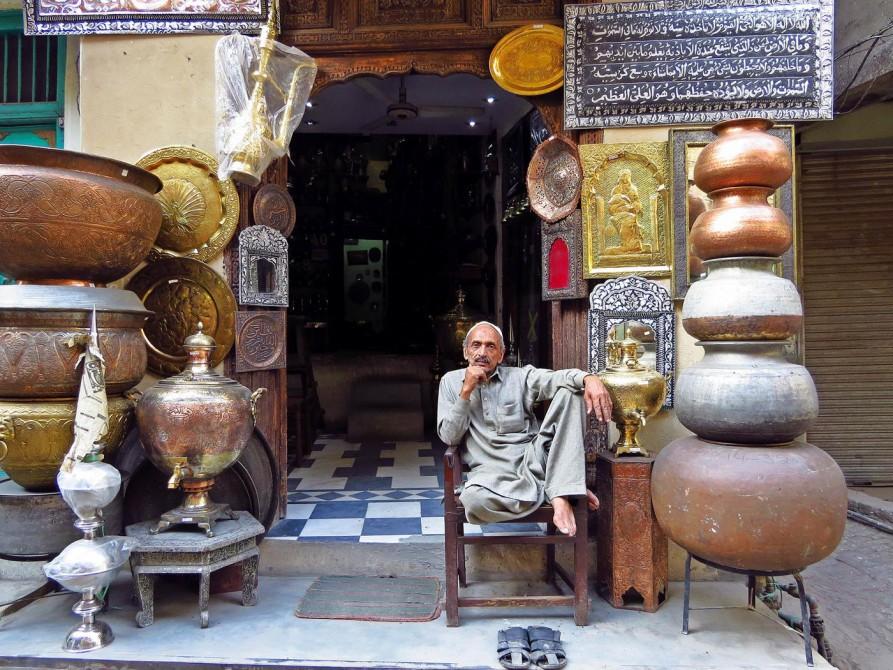 Kupferschmied vor seinem Geschäft in der Altstadt Lahores