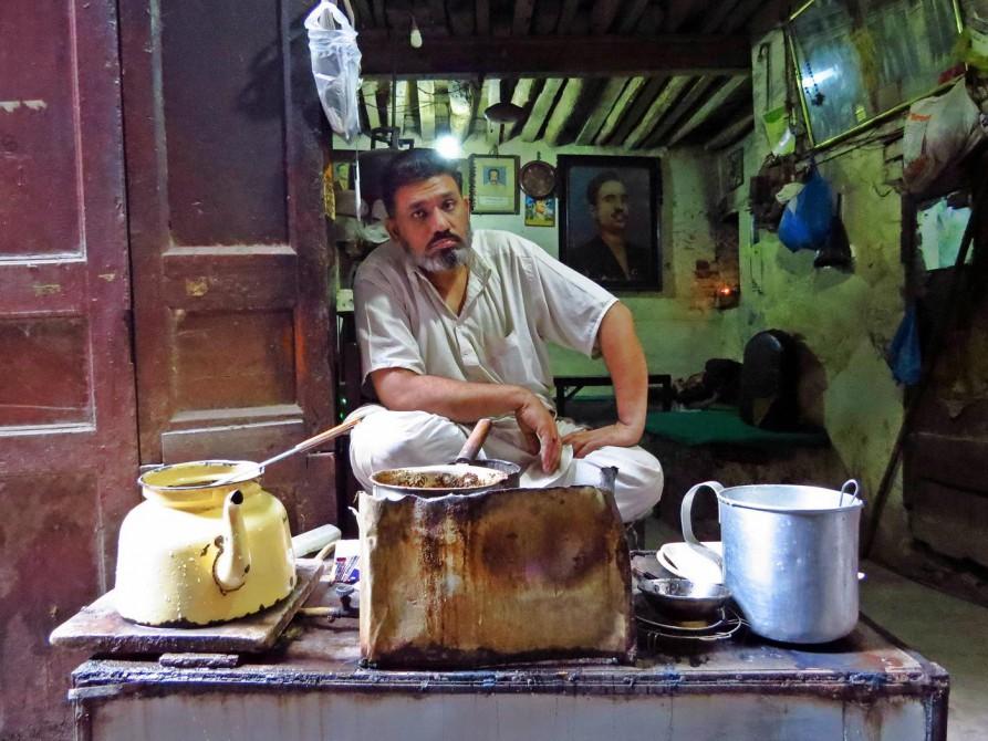 Chai-Verkäufer hinter der Teeküche