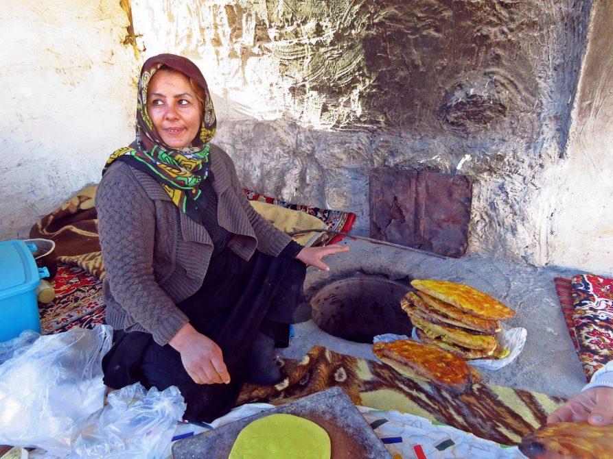 Brotbäckerin mit Lehmofen
