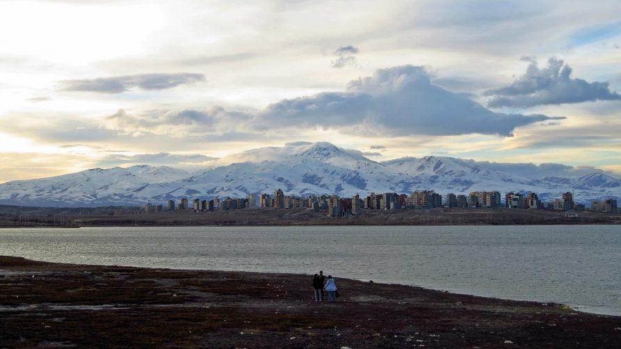 Ardabil und die verschneiten Berge hinter dem See Shorabil