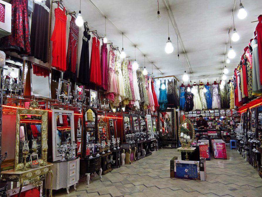 Geschäft für Festtagskleidung und Spiegel