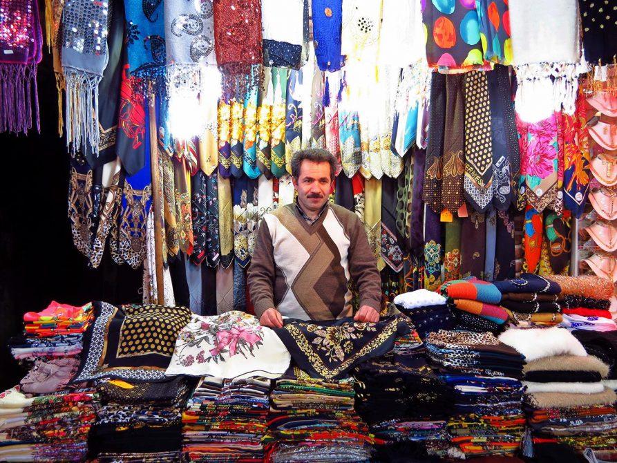 Kopftuchverkäufer auf dem Markt in Ardabil