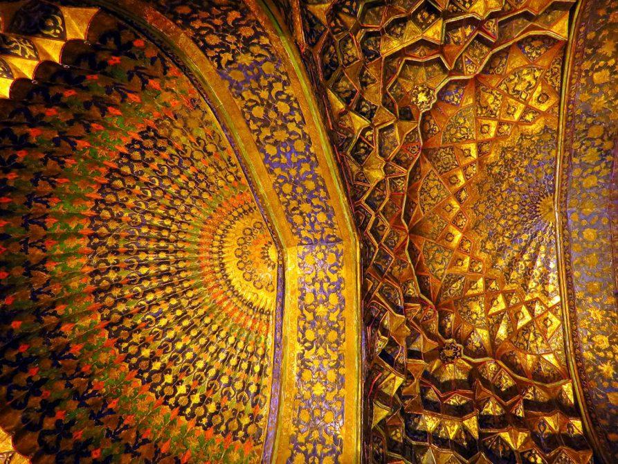 kunstvolle persische Architektur in der Safi-od-Din Moschee in Ardabil