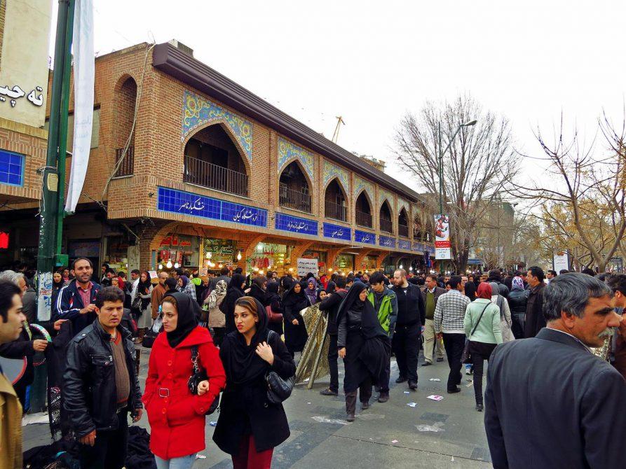 vor Teherans Marktgebäude