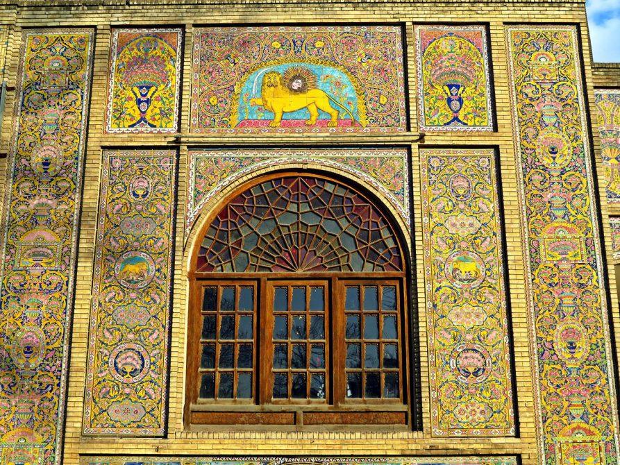 detailreich verzierte Fassade am Golestan Palast