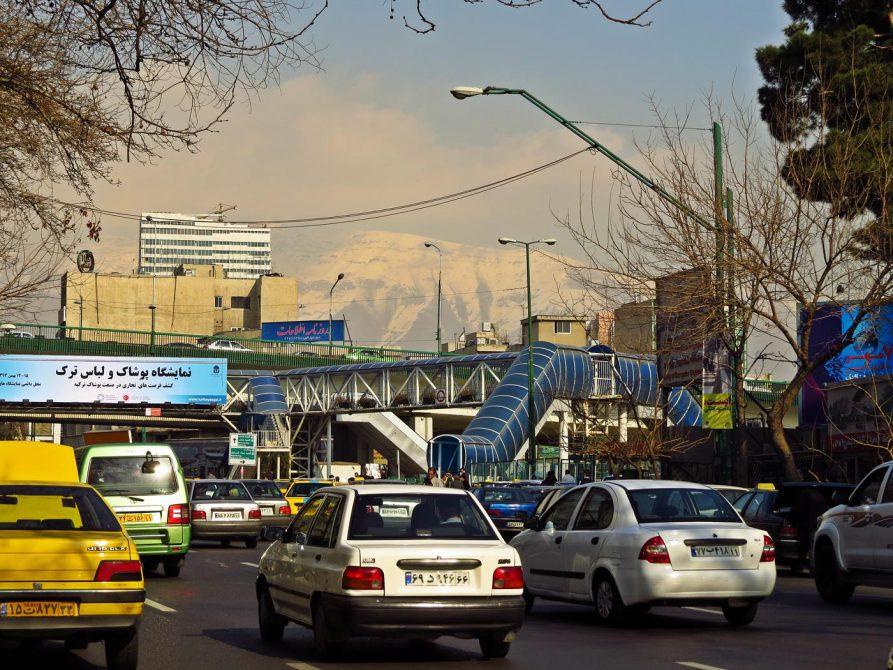 Straßenbild in Teheran mit dem Elbursgebirge im Hintergrund