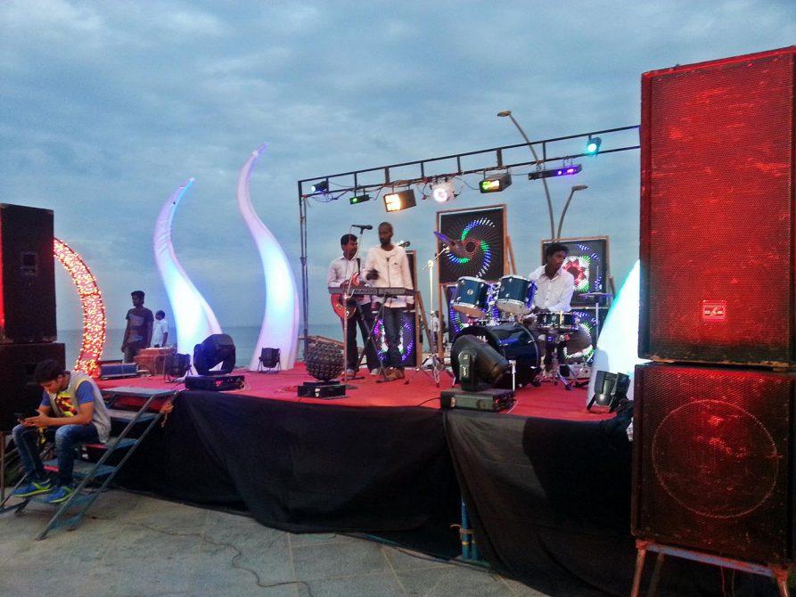 Band am Strand von Pondicherry