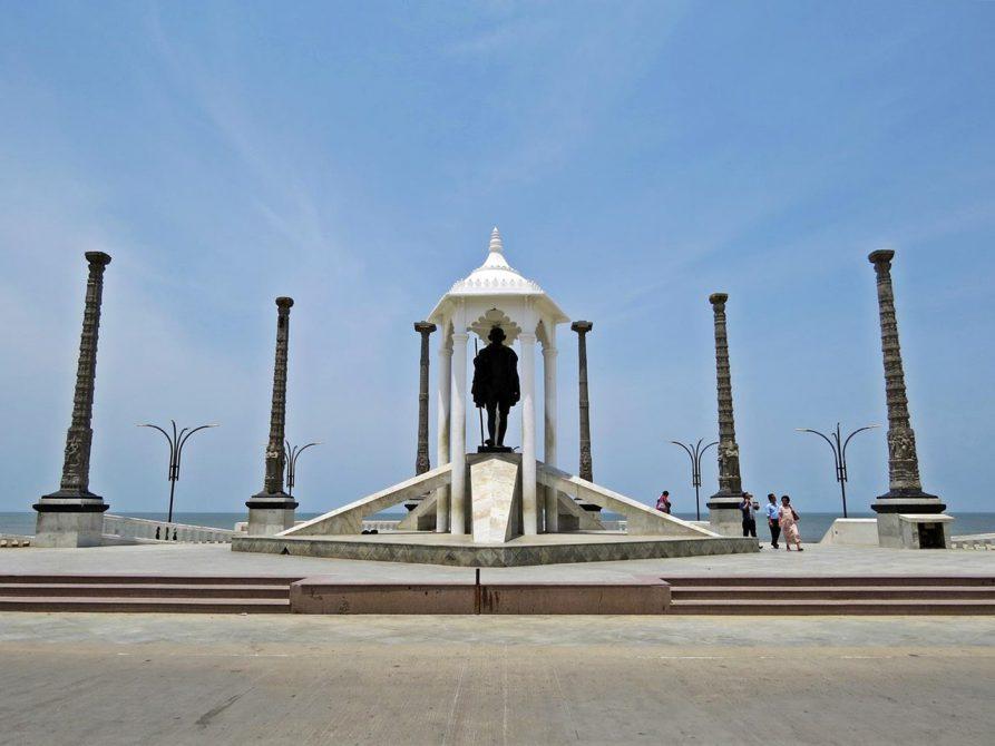 Mahatma Gandhi Statue auf der Strandpromenade in Pondicherry