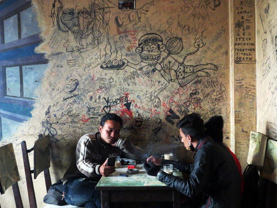 junge Nepalesen in urigem Cafe
