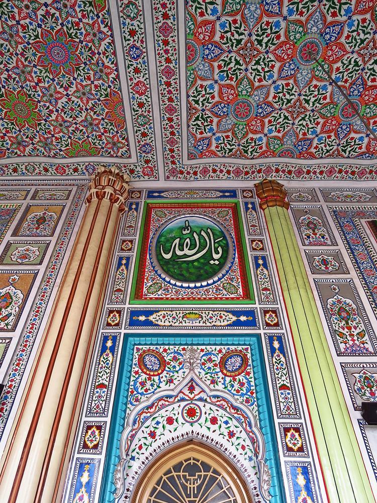 farbenprächtige Dekoration in der Vorhalle der Moschee, Rawalpindi, Pakistan