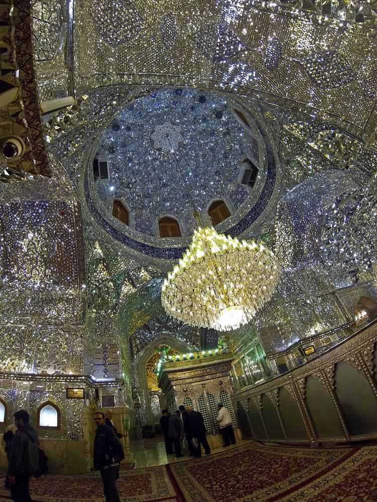 im Inneren des Mausoleums funkelt das Licht von verspiegelten Wänden, Schiras