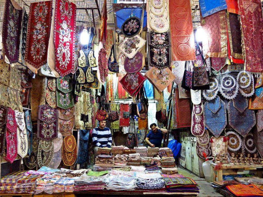 Geschäft für gestickte Tischläufer und Tischdecken im Vakil Basar, Schiras, Iran