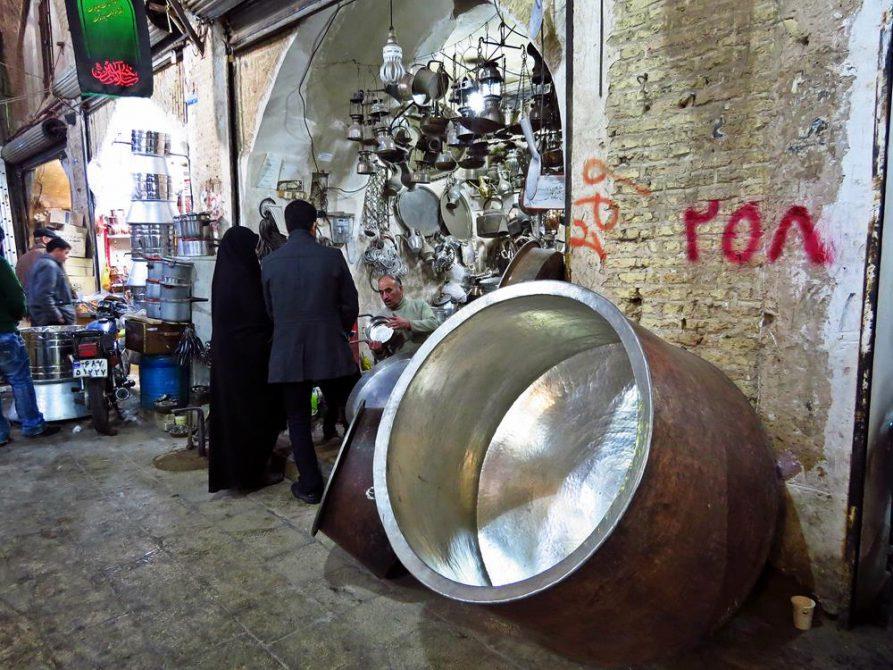 riesiger Kochtopf auf dem Markt