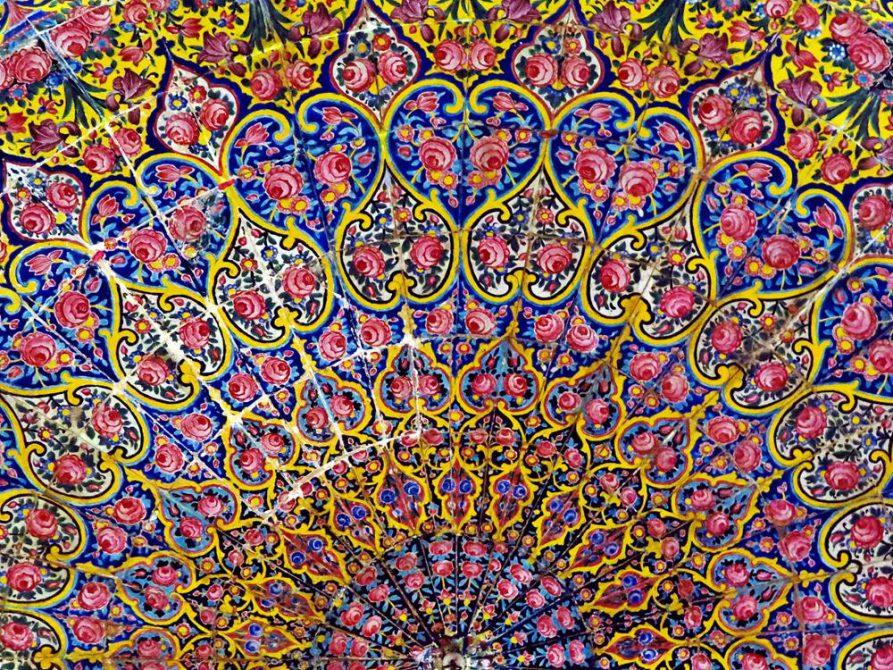 Deckenmuster in der Gebetshalle der Nasir-al-Molk Moschee, Schiras, Iran