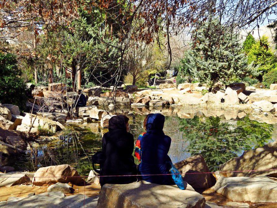 junge Frauen im Eram-Garten in Schiras