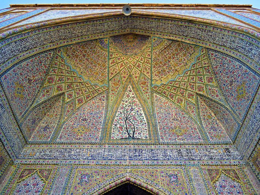 filigrane Dekorationen schmücken das Eingangsportal der Vakil Moschee, Schiras, Iran