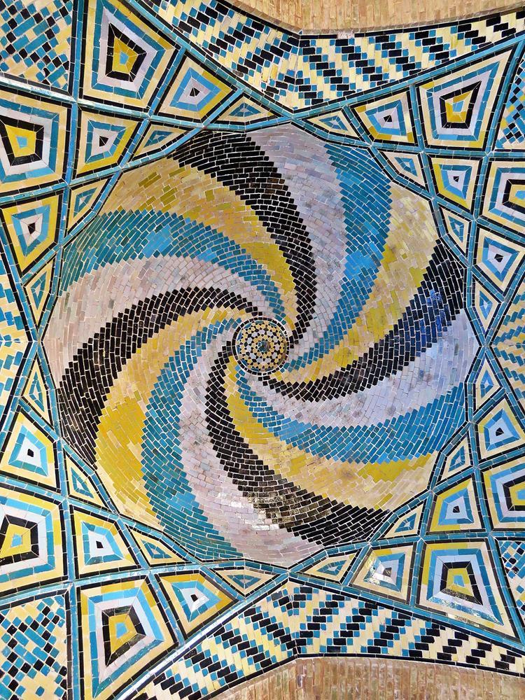 Deckenmosaik im Eingangsportal des Schreins