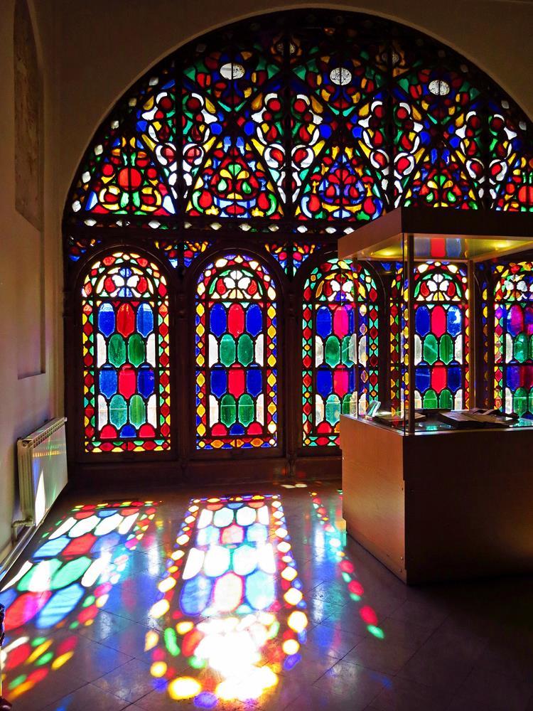 buntes Fensterglas im Tschehel Sotun, Qazvin