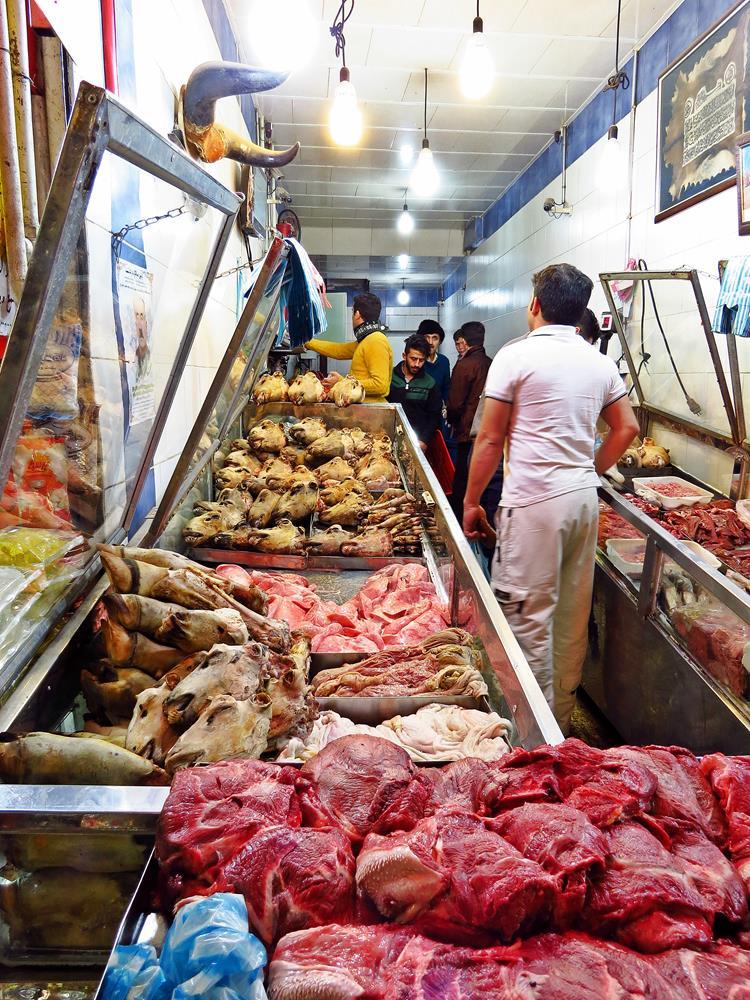 Schafsköpfe und Hufe auf dem Markt in Qazvin
