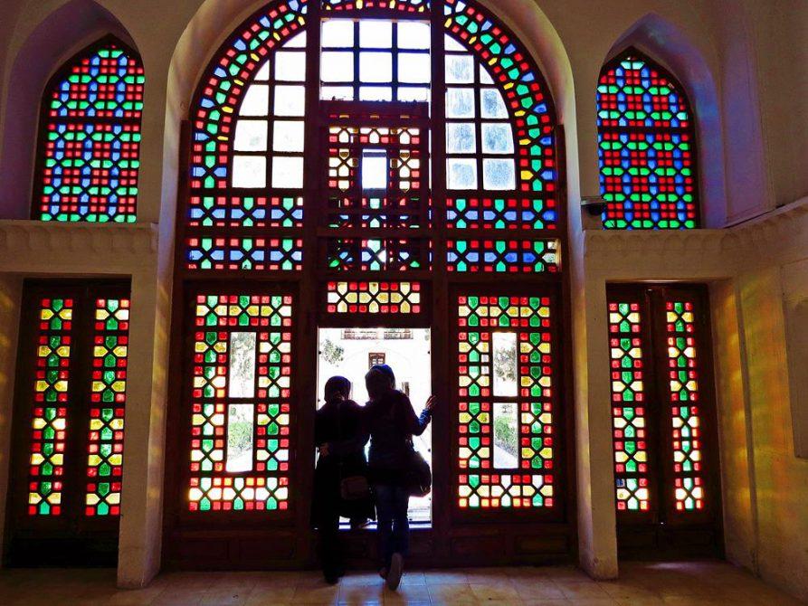 bunte Fensterfronten, Fin-Garten, Kashan, Iran