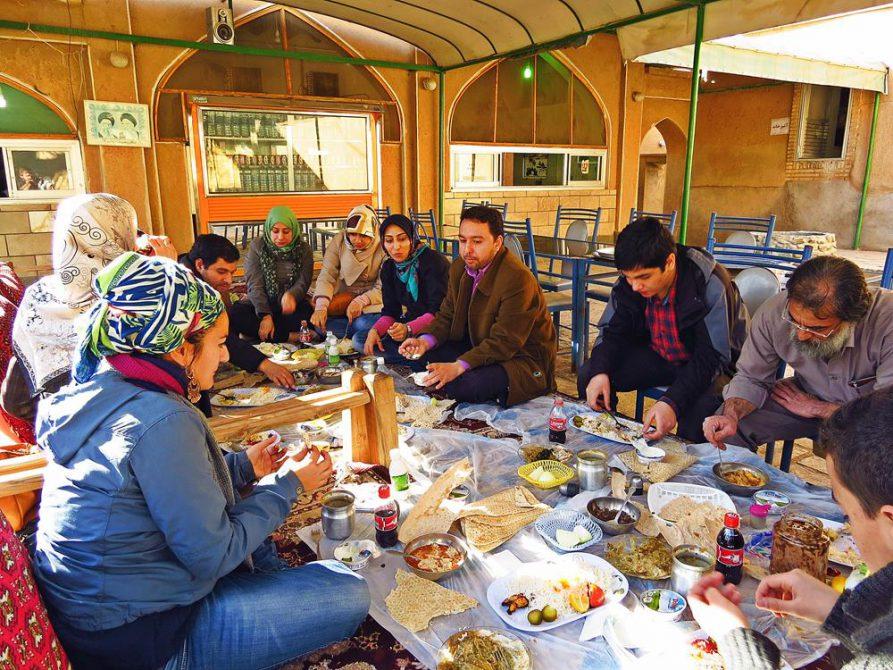 großes Familien-Mittagessen im Fin-Garten, Kashan, Iran