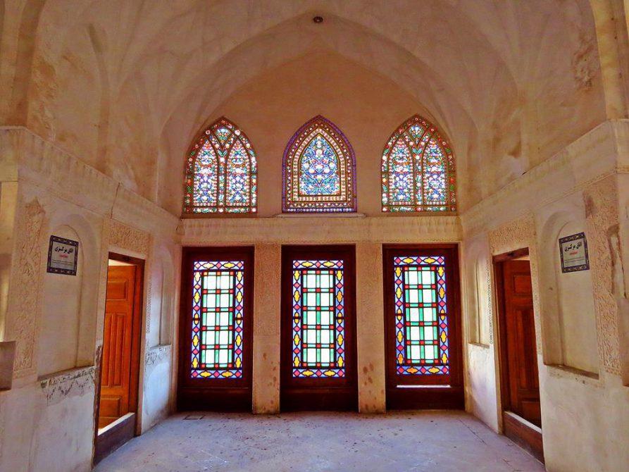 bunte Fensterfront im Hauses von Boroujerdi, Kashan, Iran