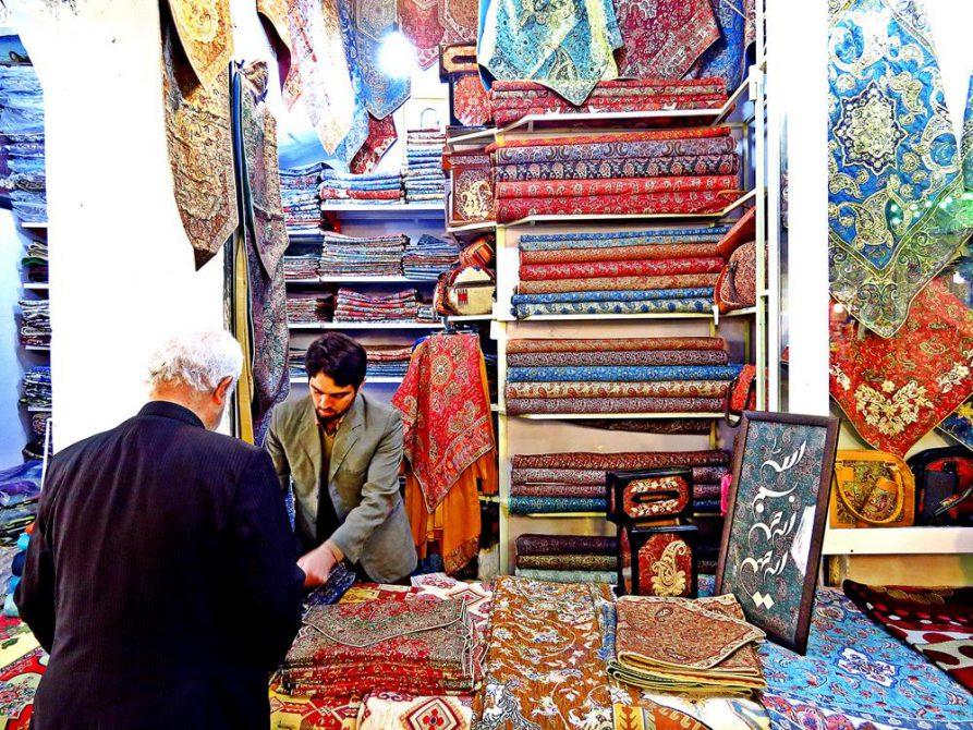 Stoffverkäufer auf dem Markt in Ghom