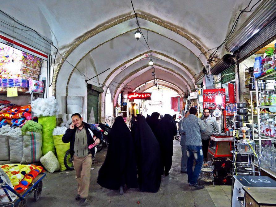 Frauen in ihren Tschadors auf dem Markt in Ghom