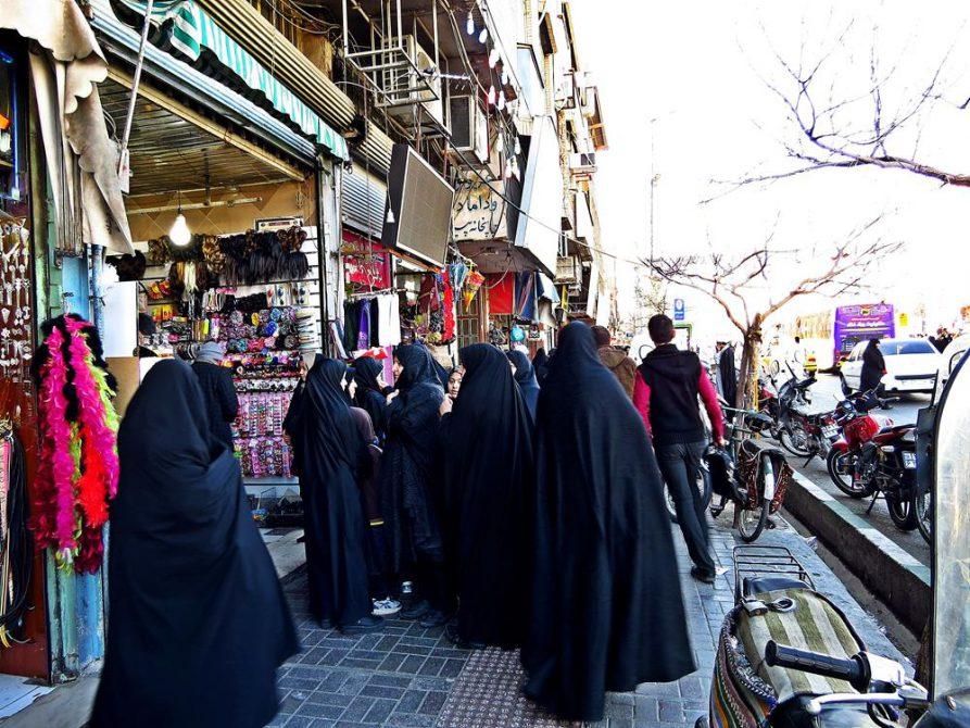 Frauen im Tschador auf dem Markt, Ghom, Iran