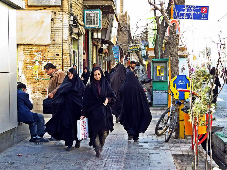 Frauen im Tschador laufen durch Ghoms Stadtkern