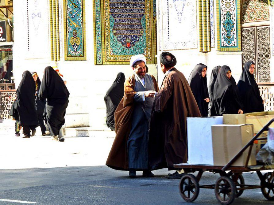 Mullahs und Frauen im Tschador, Ghom, Iran