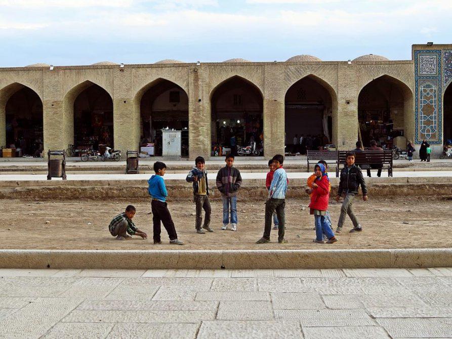 Kinder spielen mit Murmeln auf dem Ganjali Khan Platz