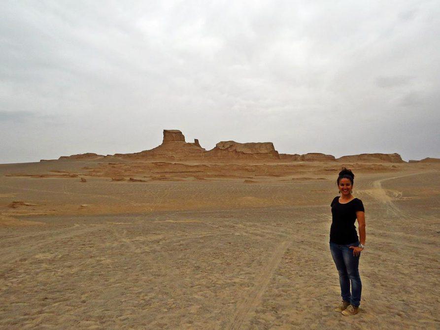 junge Frau vor der Felsformation Kalut, Dasht-e-Lut