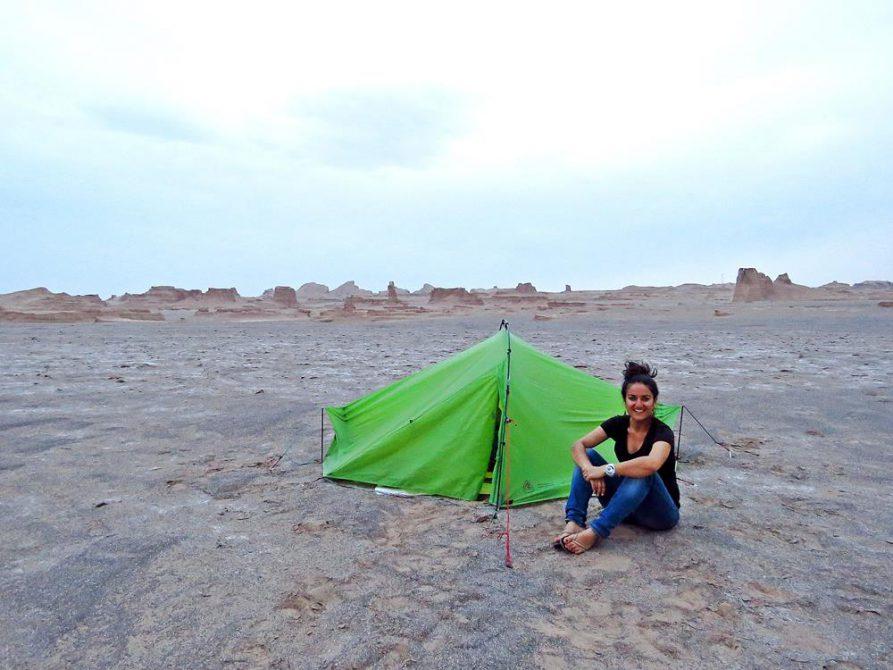 Zelt und junge Frau vor Kaluts, Wüste Lut, Iran