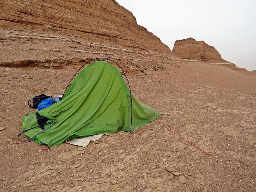 Zelt nach Sandsturm, Kaluts, Wüste Lut, Iran