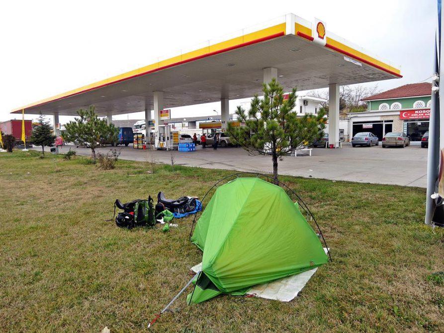 zelten an einer Tankstelle in Susuz, nahe Ankara